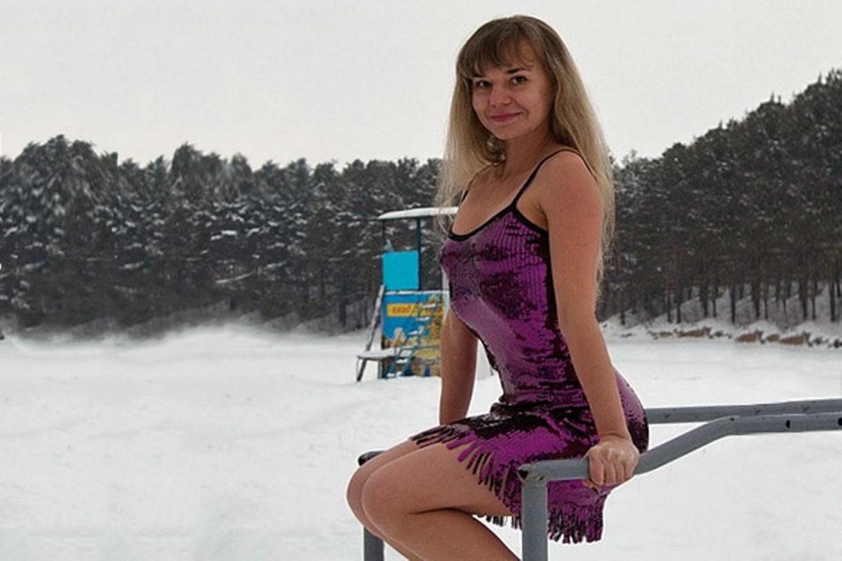 Фото, которое попало в поле зрения коллег, Татьяна сделала на тренировках по зимнему плаванию — платье на купальник девушка надела специально, но вышло только хуже
