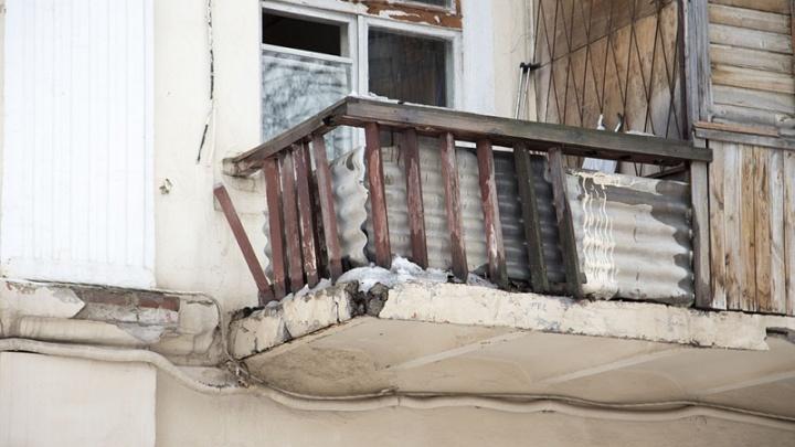 Аварийный дом в Уфе с покосившейся крышей признали пригодным для жилья