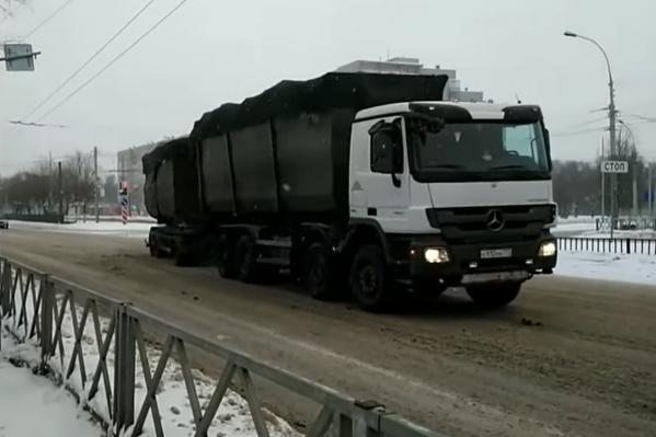 Огромные грузовики со столичными номерами видели даже в каникулы