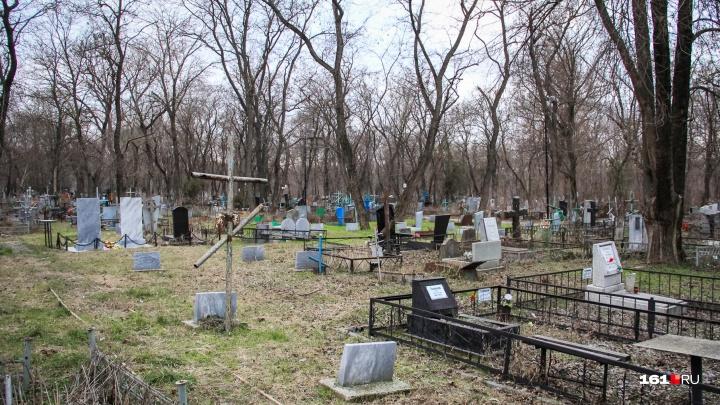 На кладбищах Ростовской области нашли 36 свалок мусора