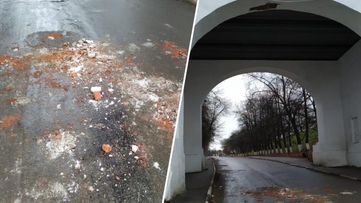 «Чудо, что никого не прибило»: в Ярославле от исторического моста отвалились кирпичи и штукатурка
