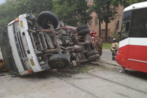 Водитель автовышки пытался развернуться на трамвайных путях