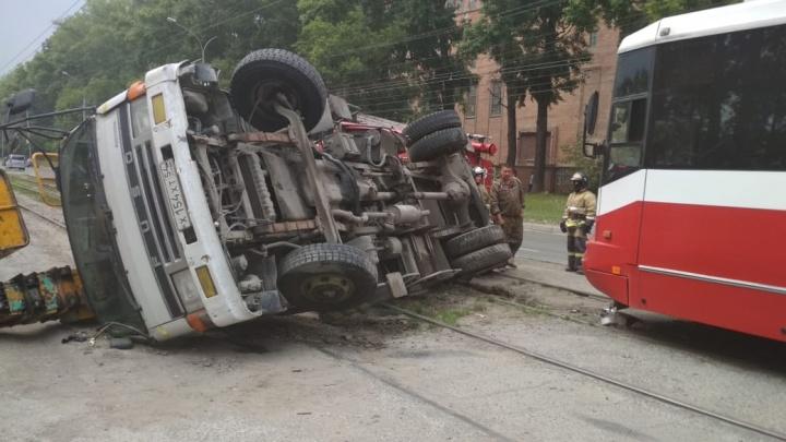 Трамвай перевернул автокран на бок на Петухова