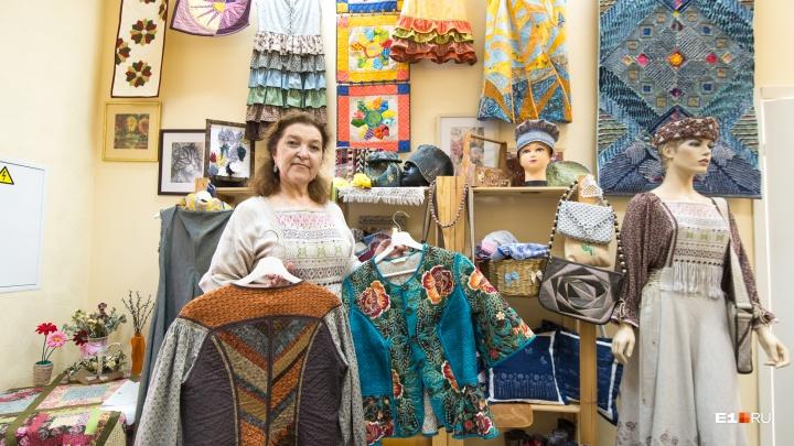 Жительница Урала 30 лет работала на заводе, а теперь создает одежду в русском стиле за десятки тысяч