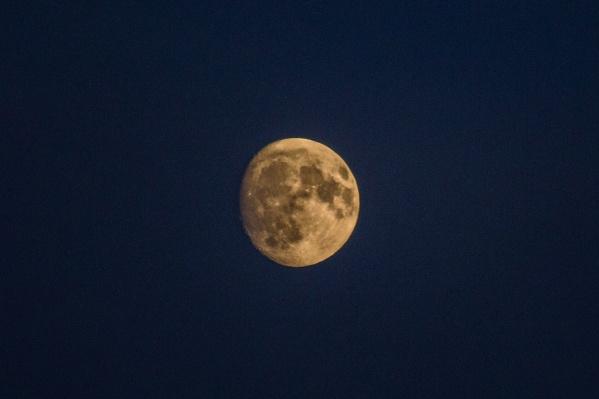 Луна над Новосибирском вечером 1 декабря
