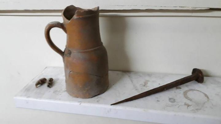 В подполе дома на Большевистской нашли старинный кувшин, огромный гвоздь и два черепа