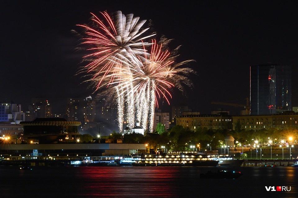 Большой бада-бум: смотрим фото салютов в честь Дня Победы со всей России