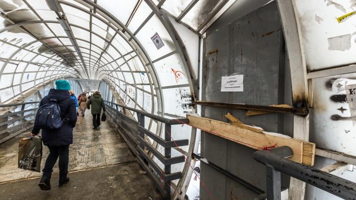 «Это страшное восхождение на Эверест»: мэрию заставили починить мост, опасный для мам с колясками