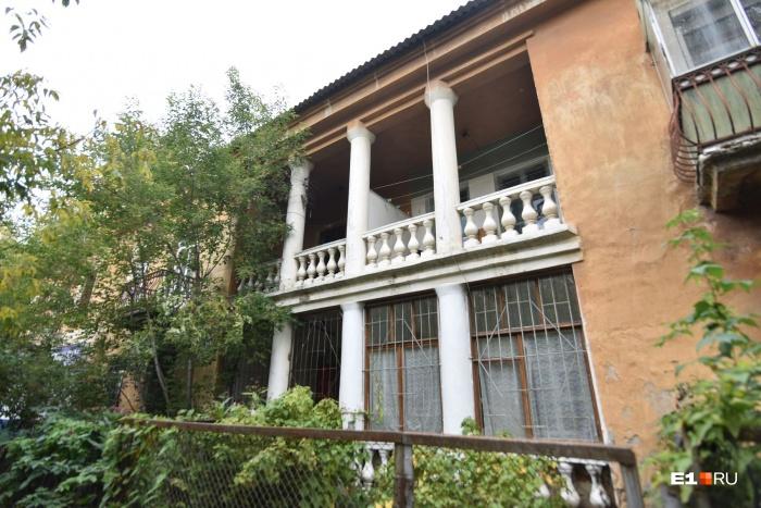 В доме на Папанина, 19 красивые балконы с колоннами