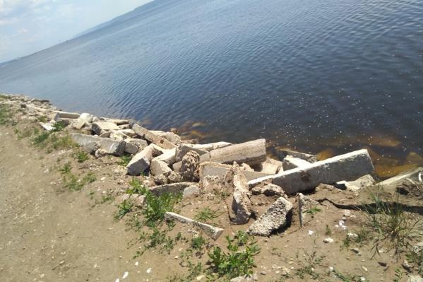 Тольяттинцы возмутились строительным мусором в Волге