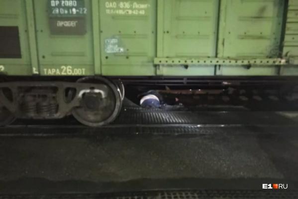 Тело после остановки поезда стащили с путей