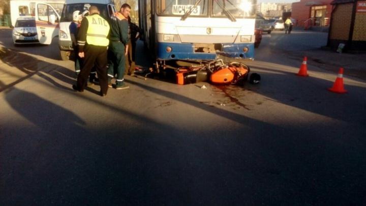 В Башкирии мотоциклист залетел под автобус