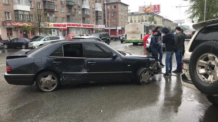 «Мерседес» протаранил шесть машин на проспекте Маркса