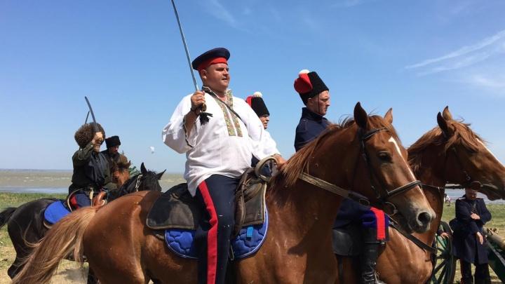 Казаки, прекрасные дамы и старинное оружие: смотрим на «Оборону Таганрога» в режиме онлайн