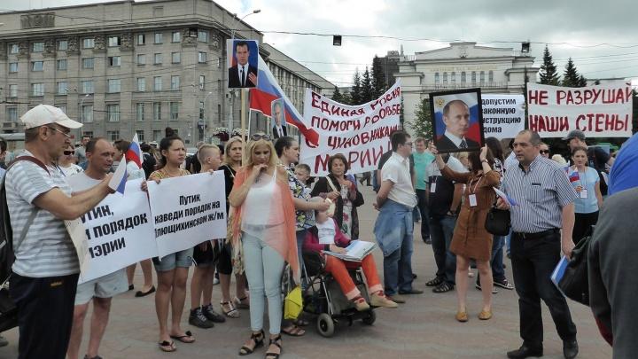 Поползли трещины: жильцы дома «Дискуса» вышли на митинг в Первомайском сквере