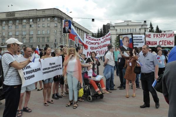 Утром 25 июля жильцы дома по ул. Татьяны Снежиной, 19/2 вышли на митинг в Первомайском сквере