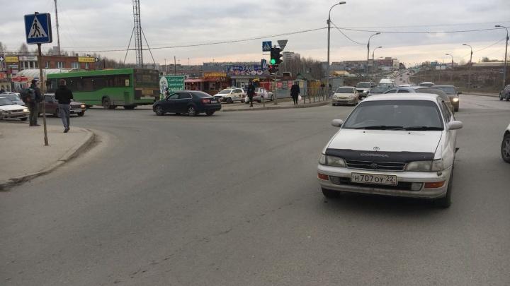 Автобус с пассажирами попал в аварию на улице Волочаевской