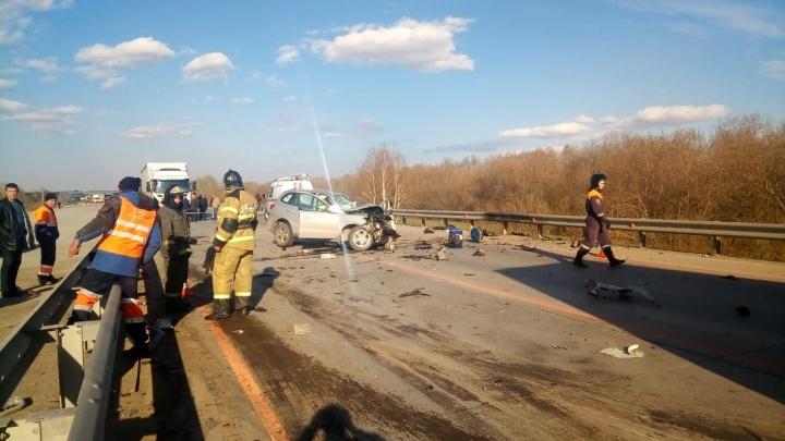 Выехавший на встречку Hyundai врезался в фуру на трассе: двое погибших