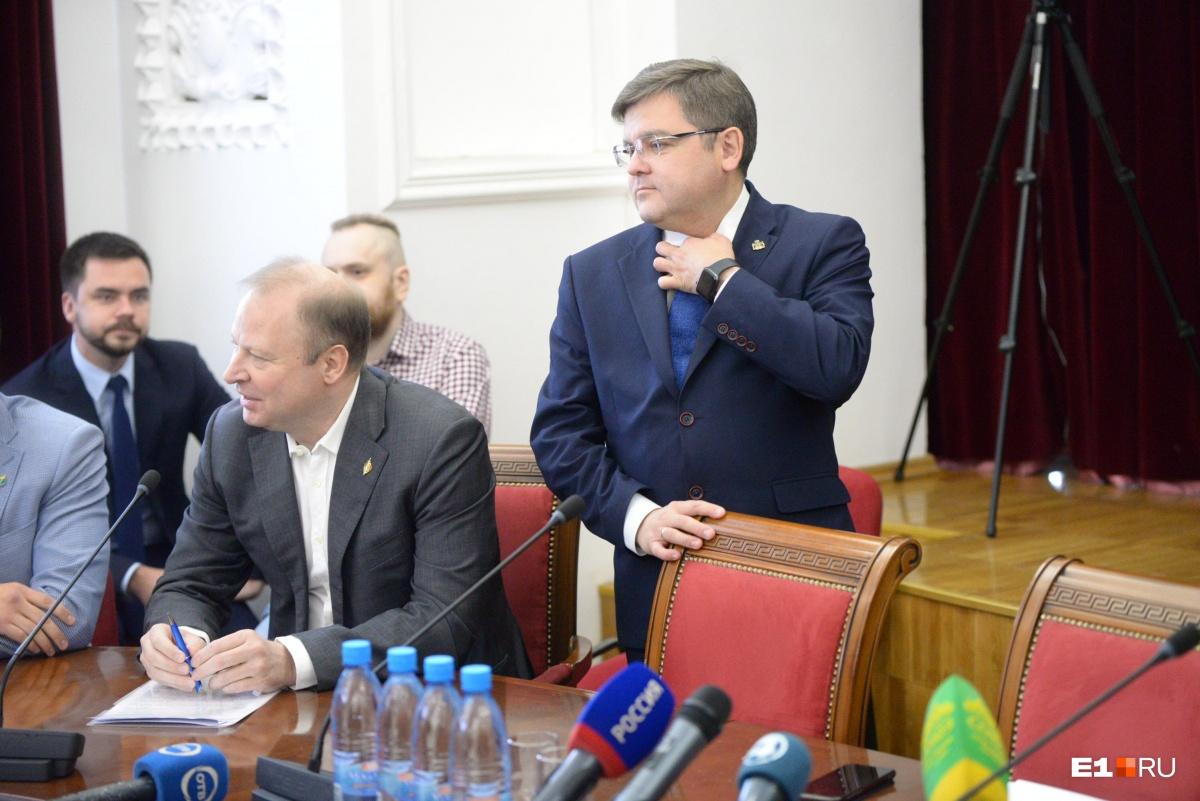 Стоит глава избиркома Илья Захаров