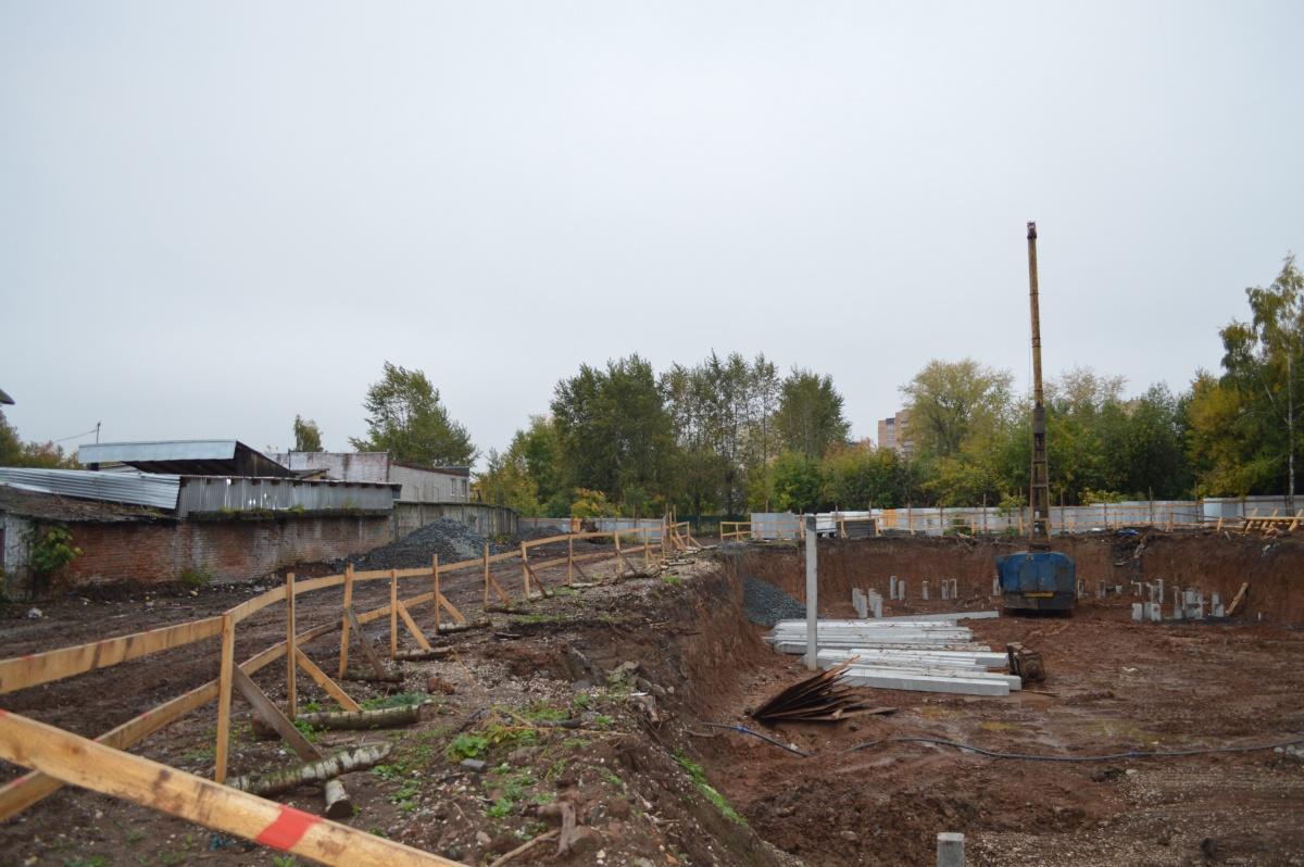 Слева— ГУФСИН, справа— стройка. А вообще больница будет находиться во дворах, за жилым домом