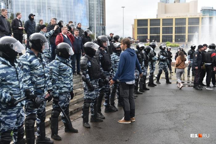 Основную часть задержанных доставили в УМВД на Фрунзе с площади перед Драмтеатром