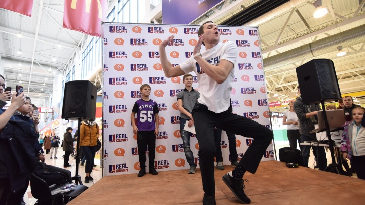 «Взять харизму и вбить в пол»: Колян из «Реальных пацанов» научил фанатов в Екатеринбурге танцевать