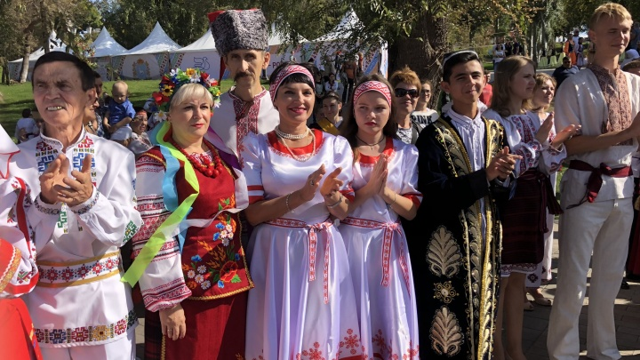 Венки, кокошники, тюбетейки и шляпы-ладьи: в Самаре отметили День дружбы народов