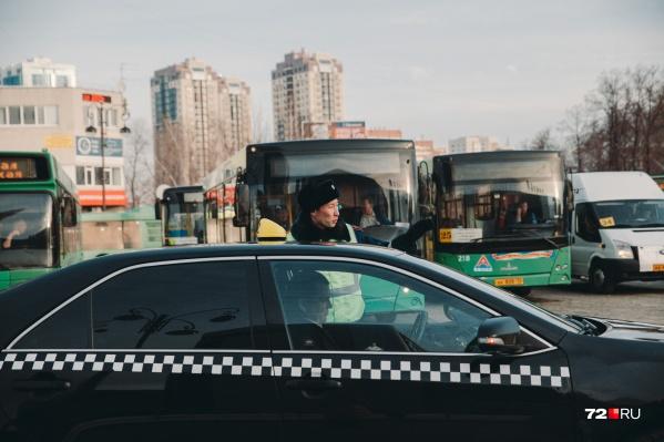 Тюменские таксисты жалуются на принуждение к бойкоту служб заказа такси