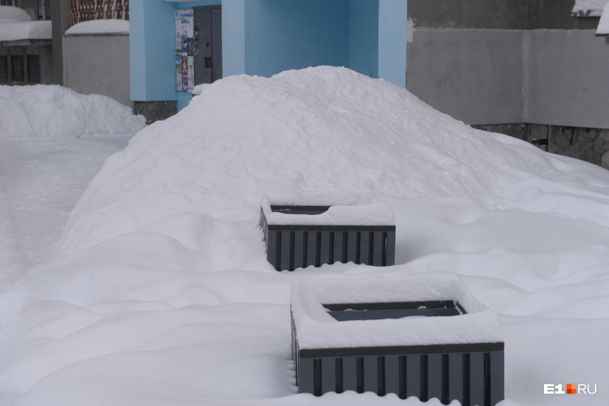 У подъезда горы снега