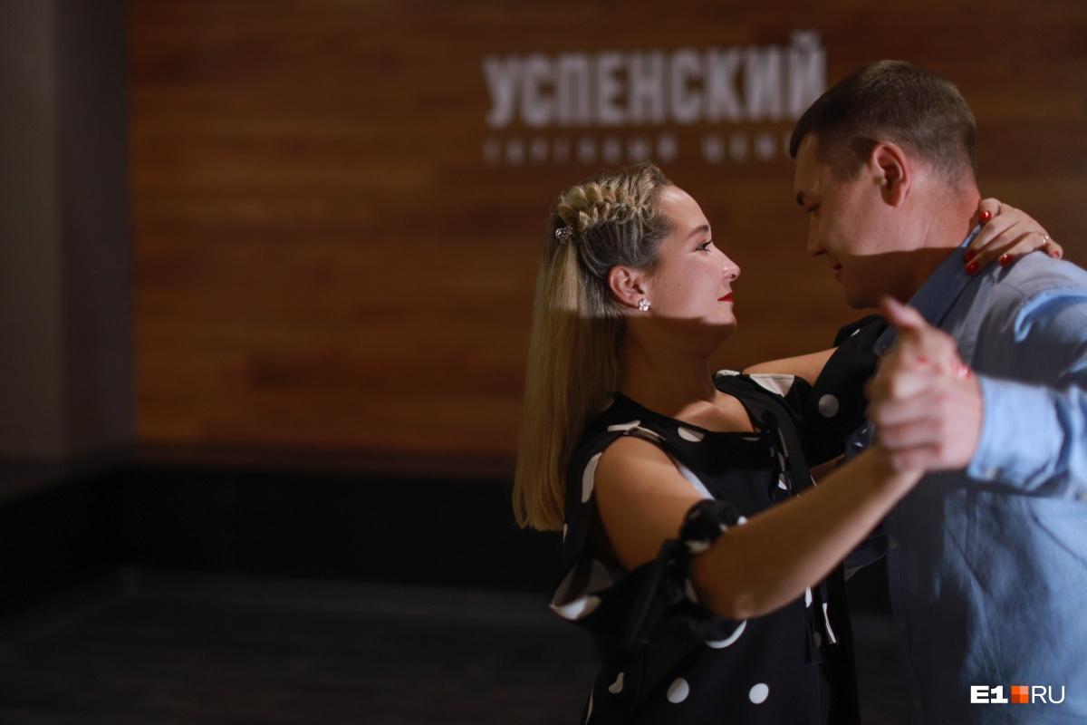Девушки танцевали с мужьями и классические танцы