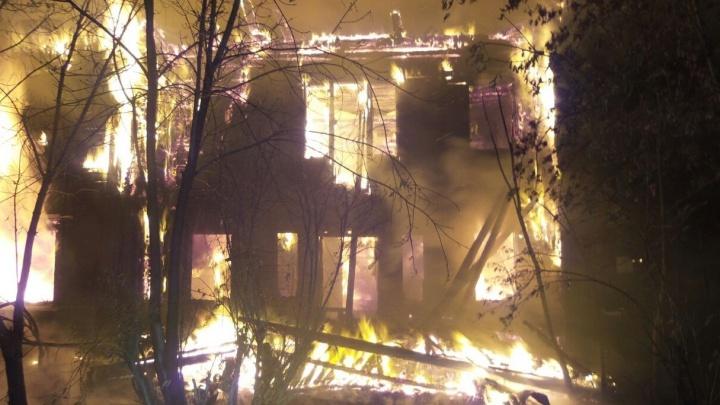 Дом был целиком объят пламенем: на Химмаше сгорел двухэтажный барак