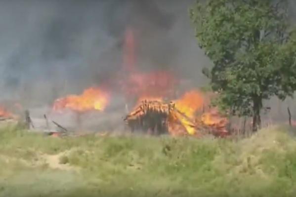 Сгорели заброшенные сараи