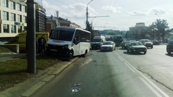 Дежавю: на Гагарина иномарка столкнулась с маршруткой