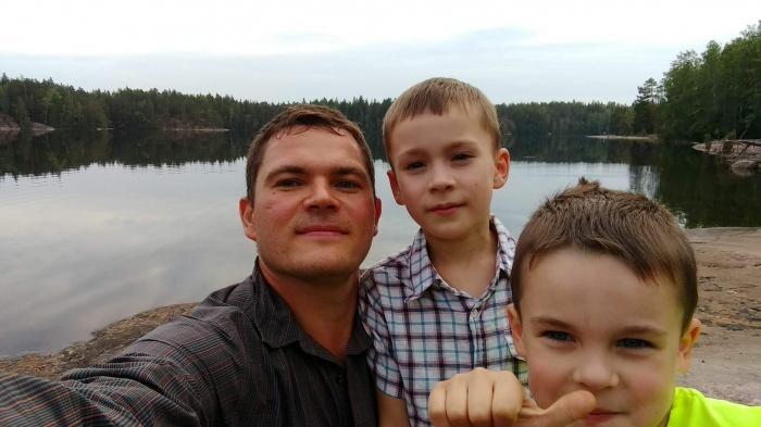 Антон Черненко с детьми. По его словам, Финляндия — это страна тысячи озёр, всегда есть куда поехать с детьми на рыбалку