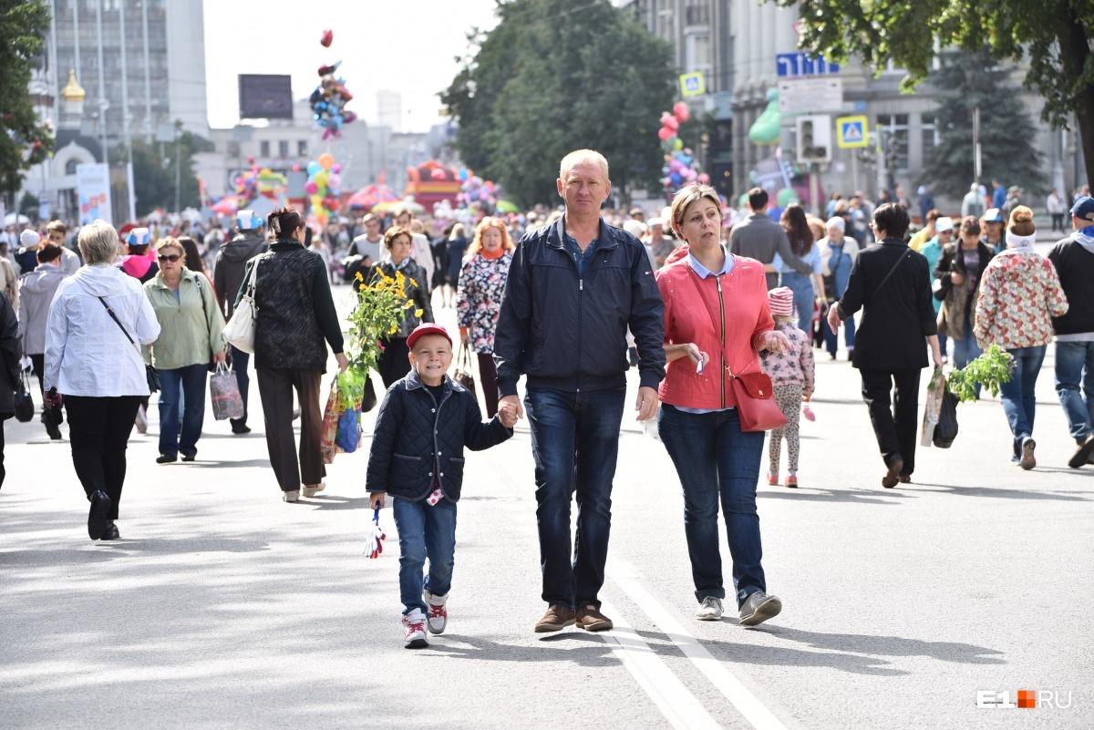 Люди прогуливались по центру города целыми семьями