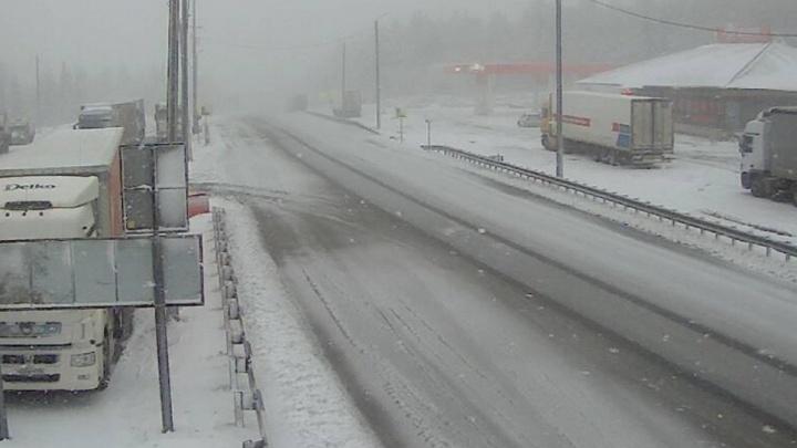 Огромная пробка: в Челябинской области трассу М-5 засыпало снегом