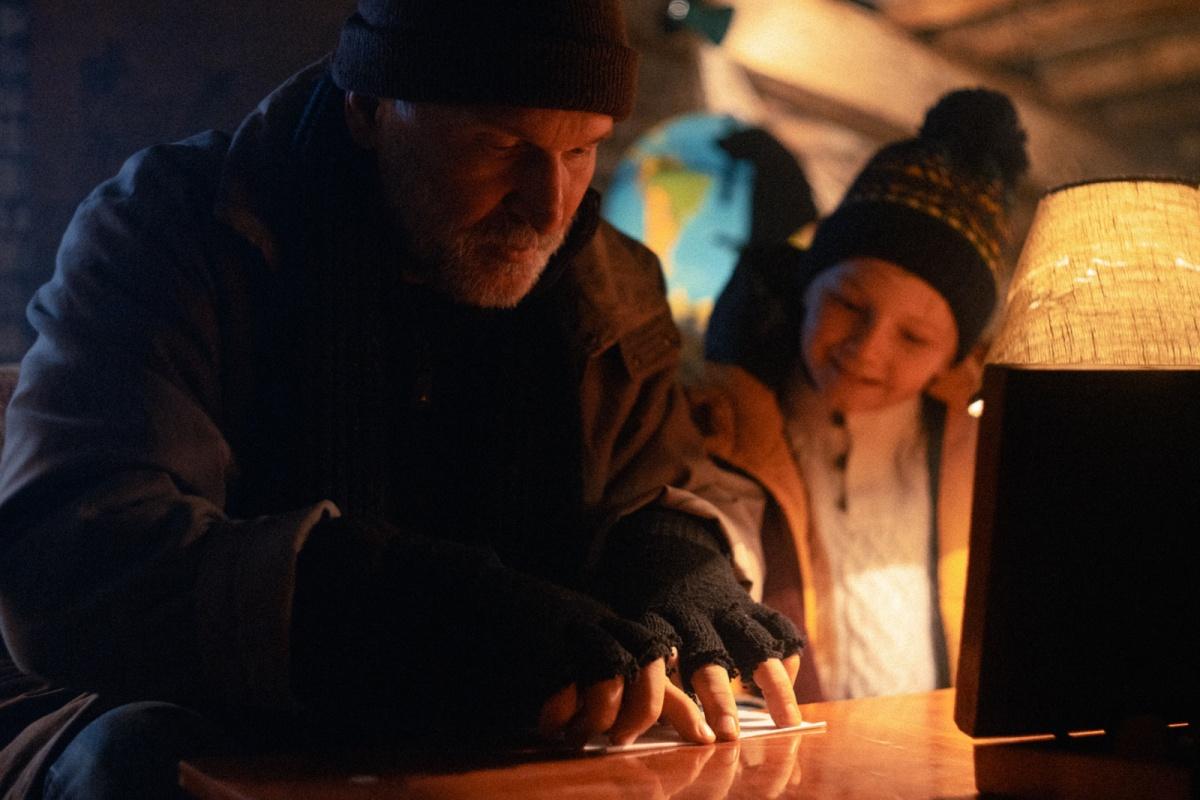 Роль бездомного, который живёт на крыше (этакий Карлсон), сыграл Фёдор Добронравов