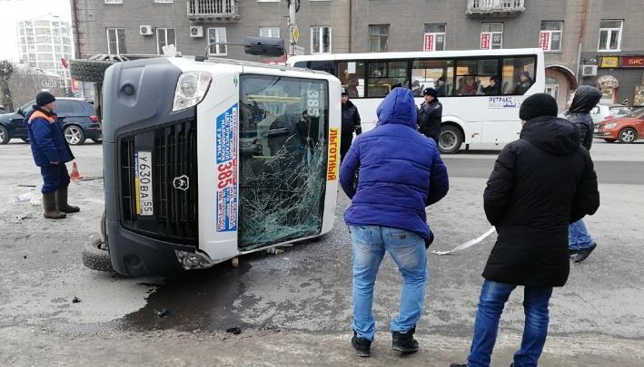 Стало известно, какие травмы получили пассажиры маршрутки, которая перевернулась на улице Маркса
