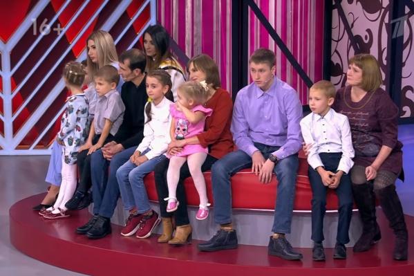 Ольга — крайняя справа, Бахтияр — в черном свитере. В сборе — семья Ольги и Бахтияра