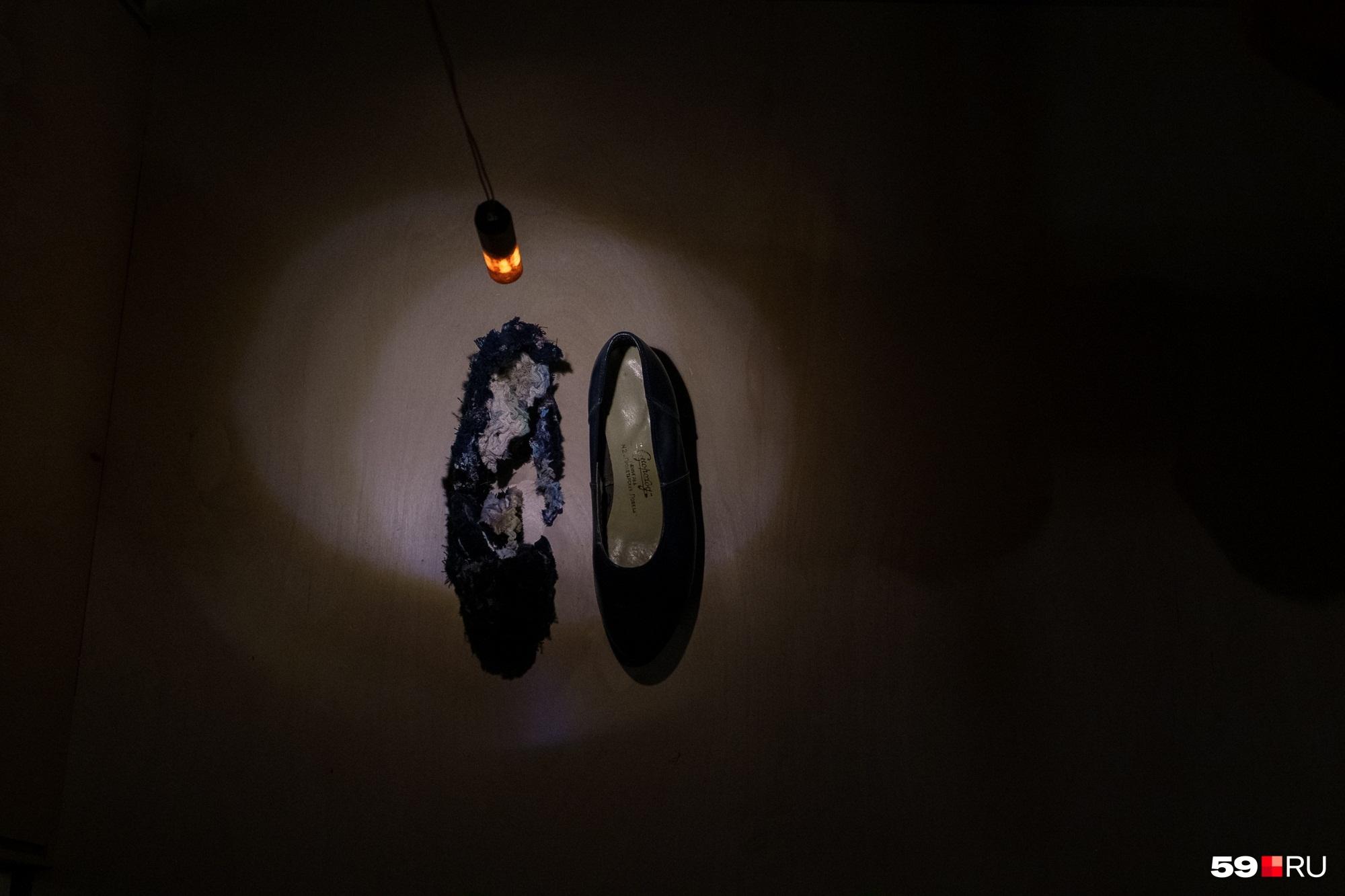 А вот еще один экспонат. Что же произошло с правой туфелькой?