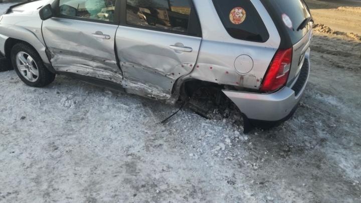 «Дэу Матиз» занесло на колее возле Тайгинской: у «КИА» вырвано колесо, девушку увезли на «скорой»