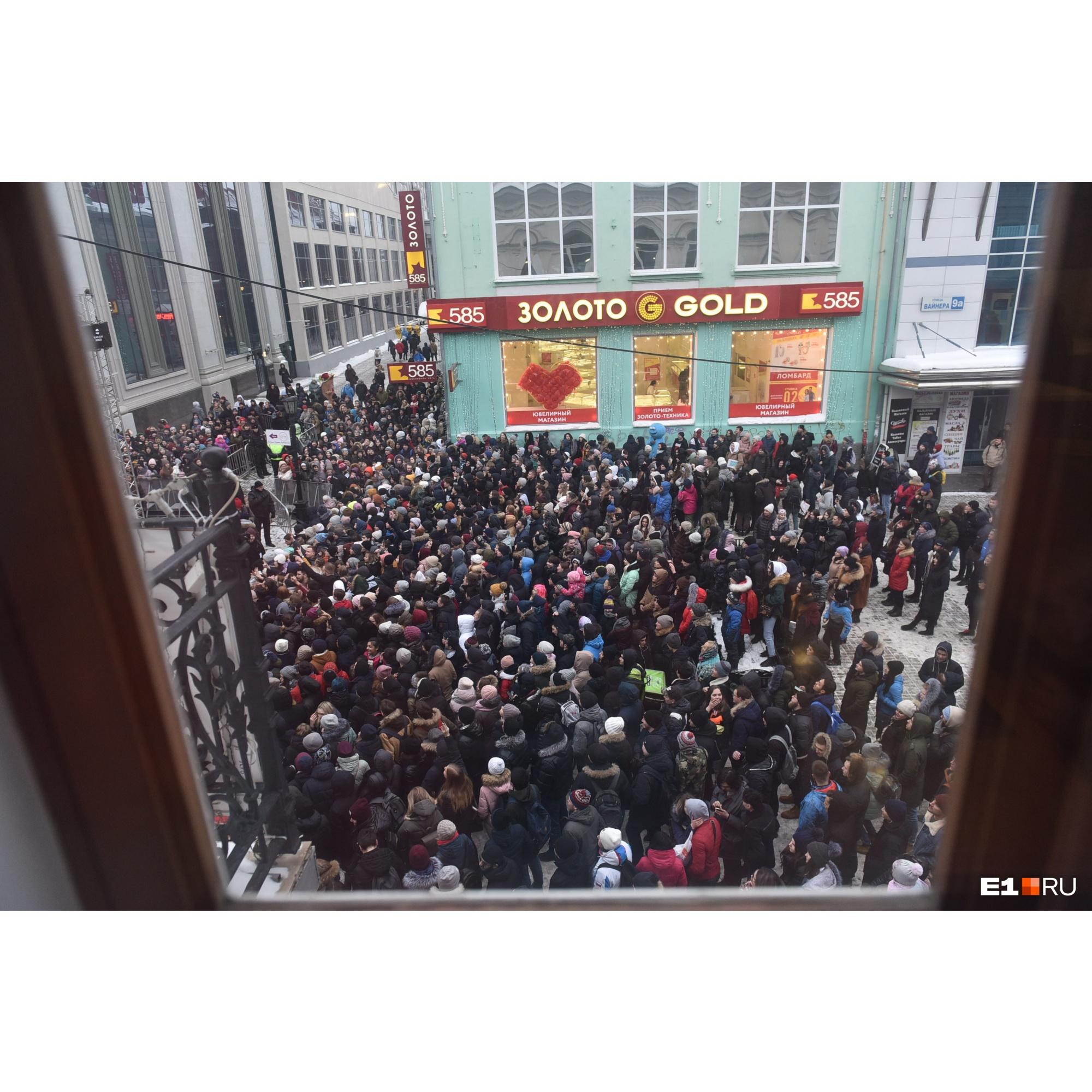 Людей, как на митинге
