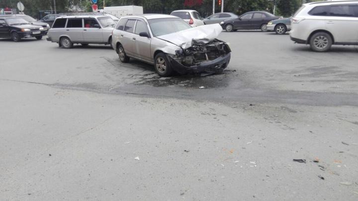 У «Рено» вырвало колесо в жесткой аварии на улице Немировича-Данченко