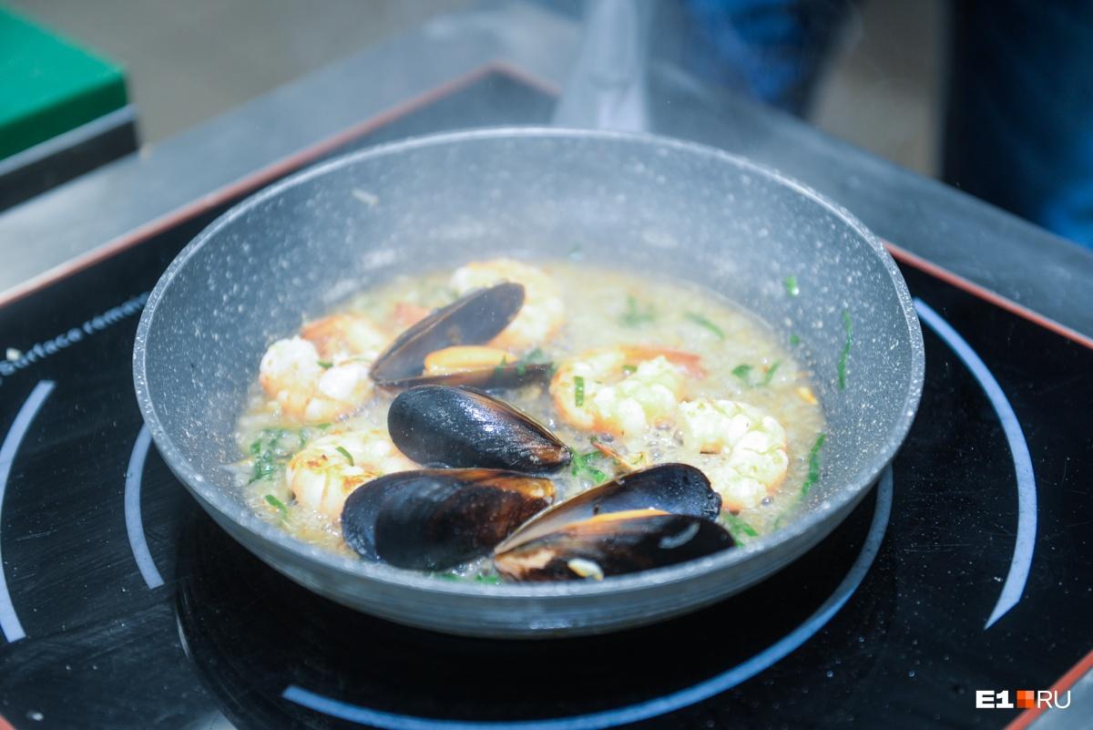 Это паста с морепродуктами на сковороде