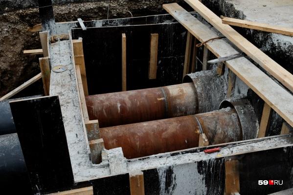 Рабочие будут прокладывать новые трубы коллектора