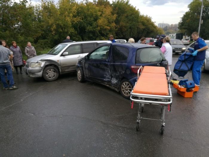 Toyota Vitz иNissan Wingroad столкнулись на перекрёстке Столетова и дороги, ведущей от Объединения до Курчатова