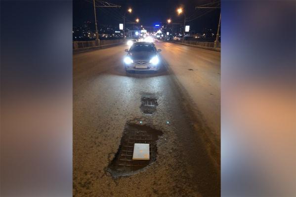 Несколько автомобилистов пробили колёса в яме
