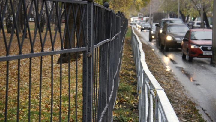 Новосибирск прогремел на всю страну с двойным забором. Вот еще 10 примеров бессмысленных ограждений