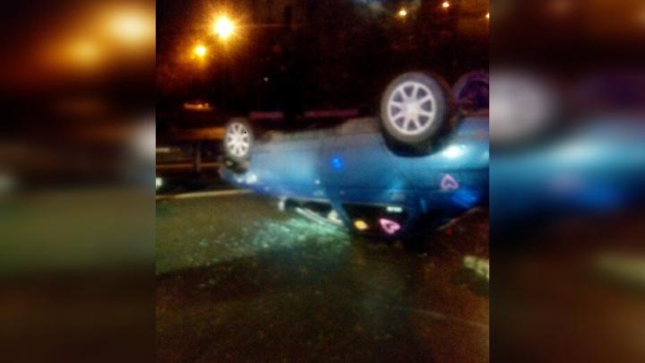 «Машина опрокинулась на крышу»: в аварии возле челябинского вокзала пострадала девушка