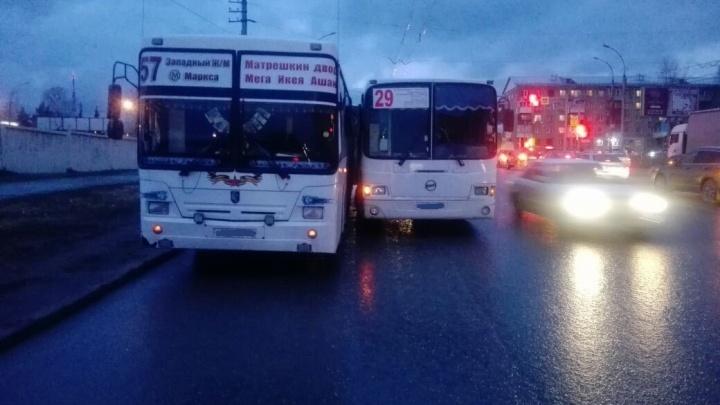 На перекрёстке Ватутина и Немировича-Данченко столкнулись два пассажирских автобуса